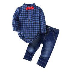 Hemd, Fliege und Jeans für kleine Jungs