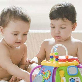 Babys spielen zusammen