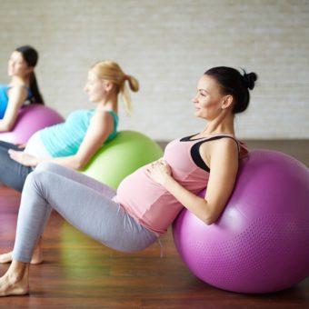 Schwangere auf Gymnastikball