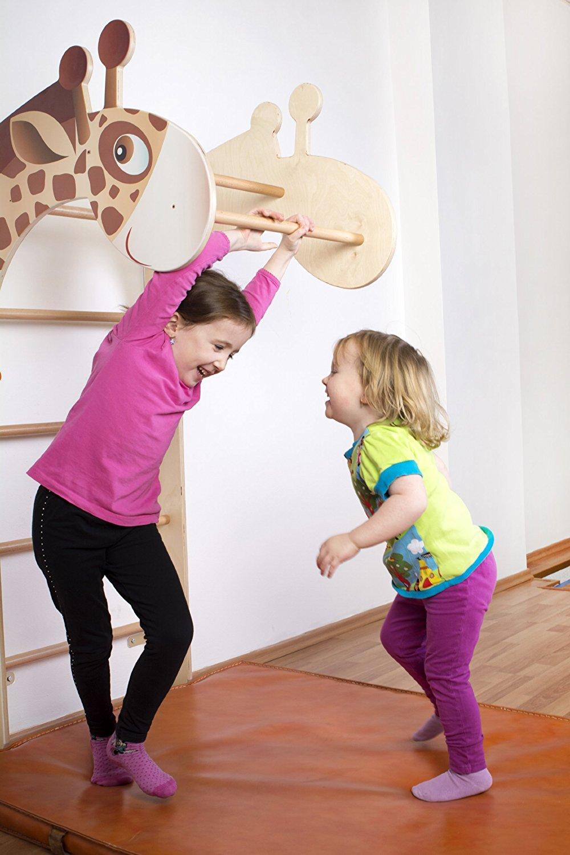 Kinder spielen an der Sprossenwand
