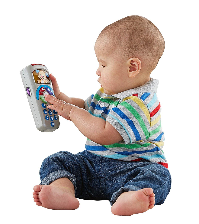 Baby spielt mit der fernbedienung