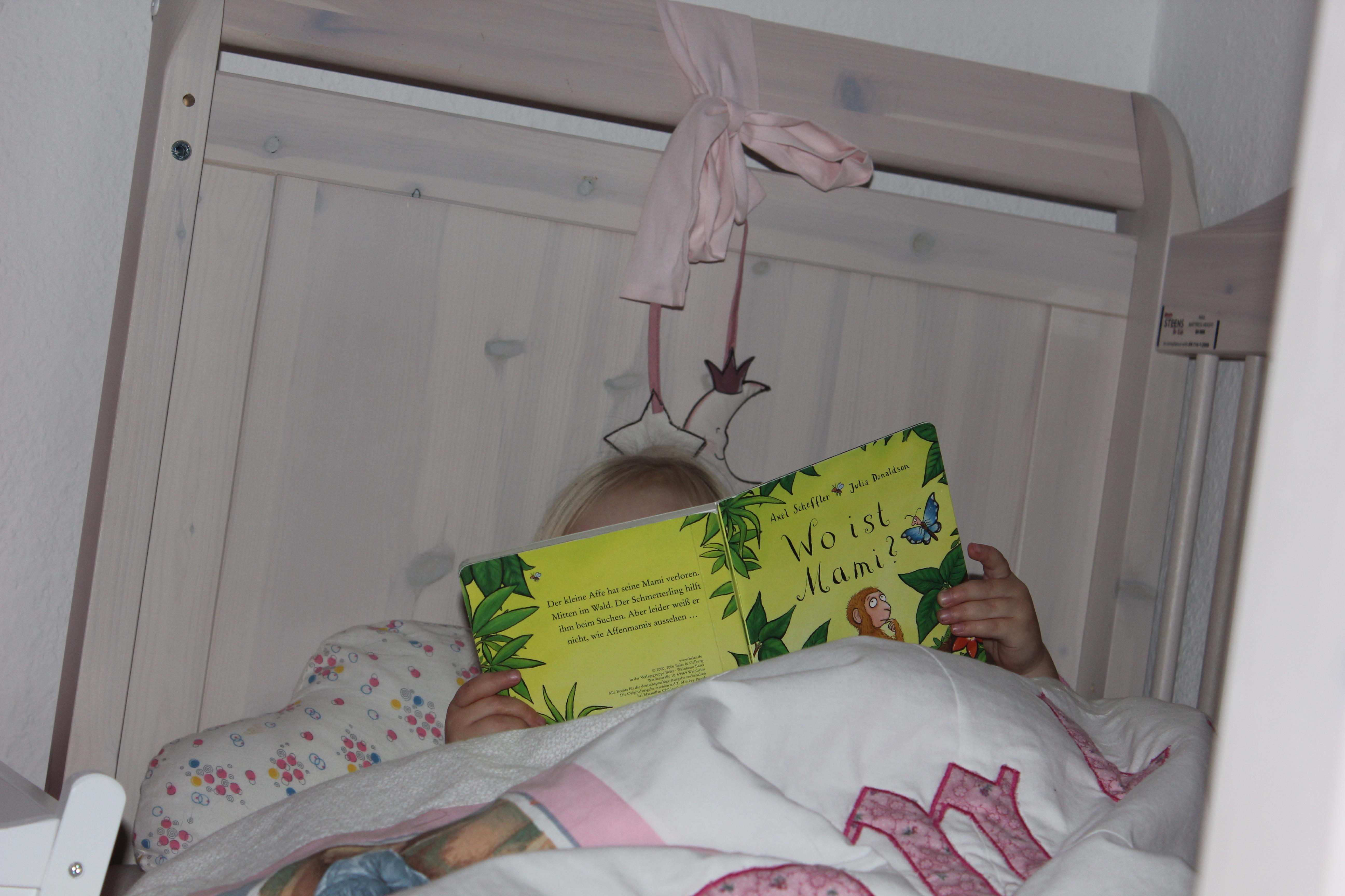 Kind liest wo ist meine Mami