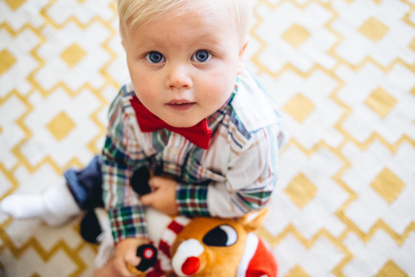 Kind mit Rudolph Stofftier