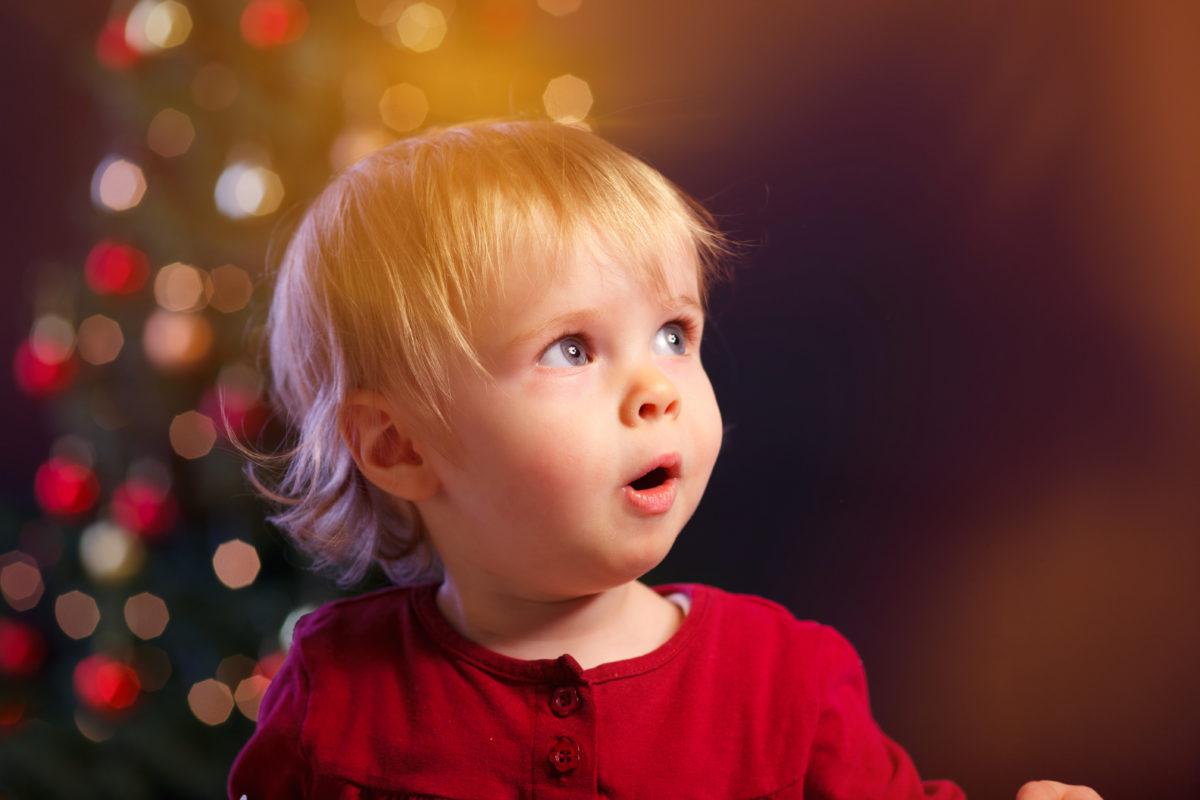 Staunendes Kind an Weihnachten