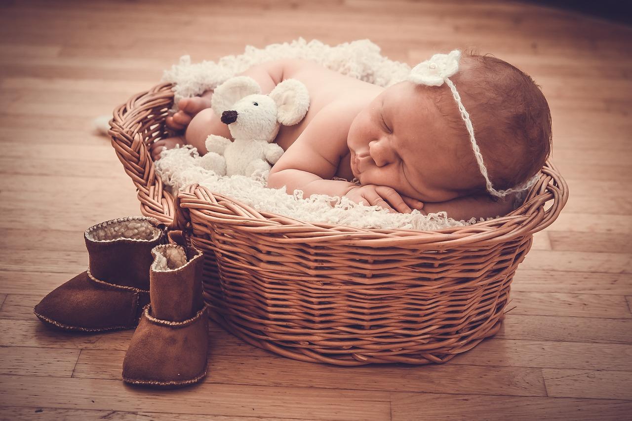 Baby schläft im Körbchen