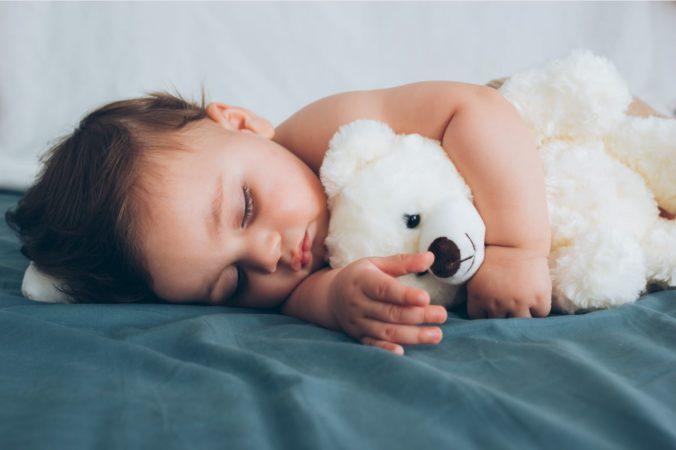 Kind mit Teddy im Arm