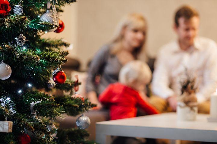 Familie und Weihnachtsbaum