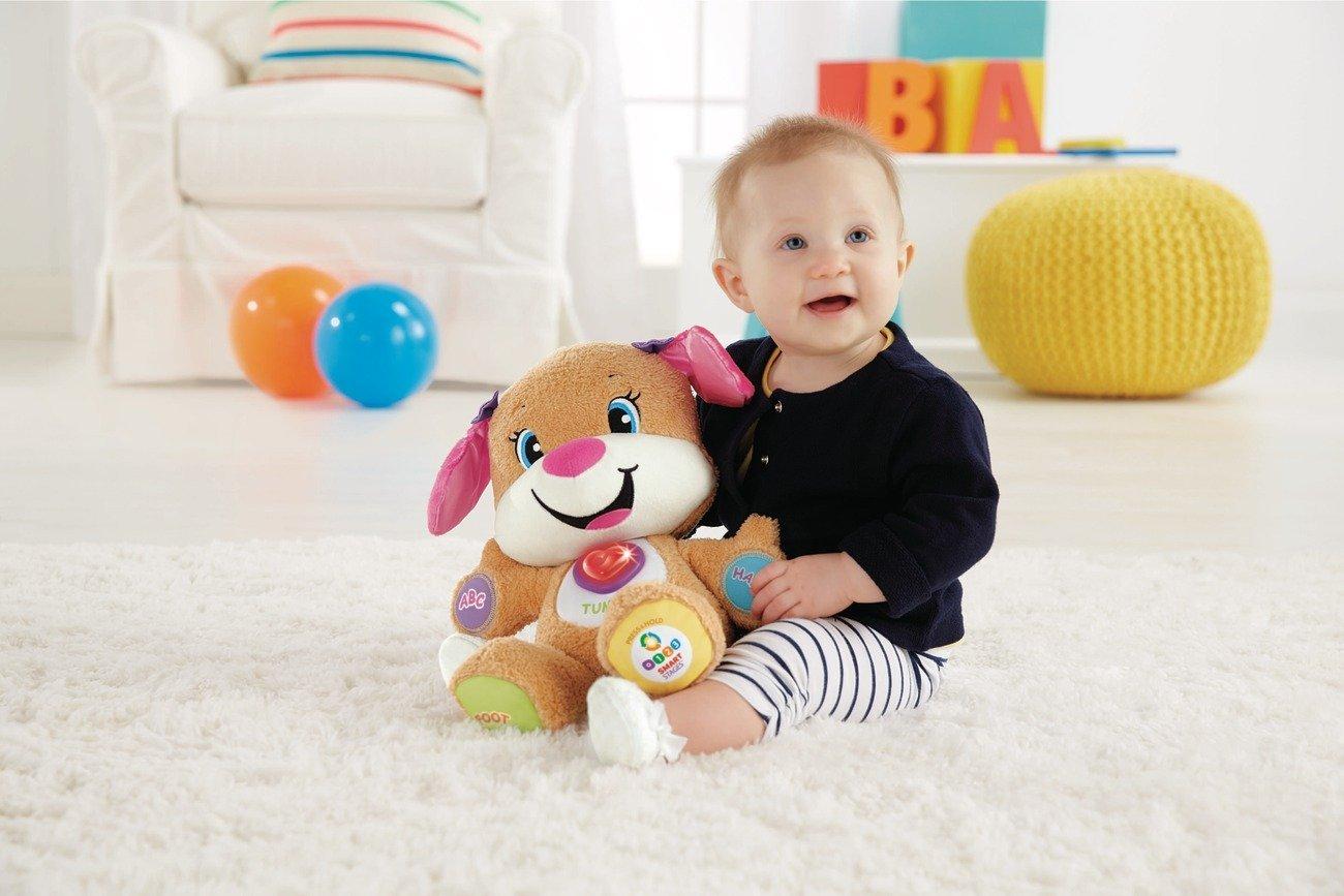 Baby spielt mit Hundefreundin