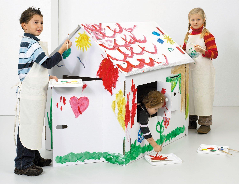 Kinder bemalen Spielhaus