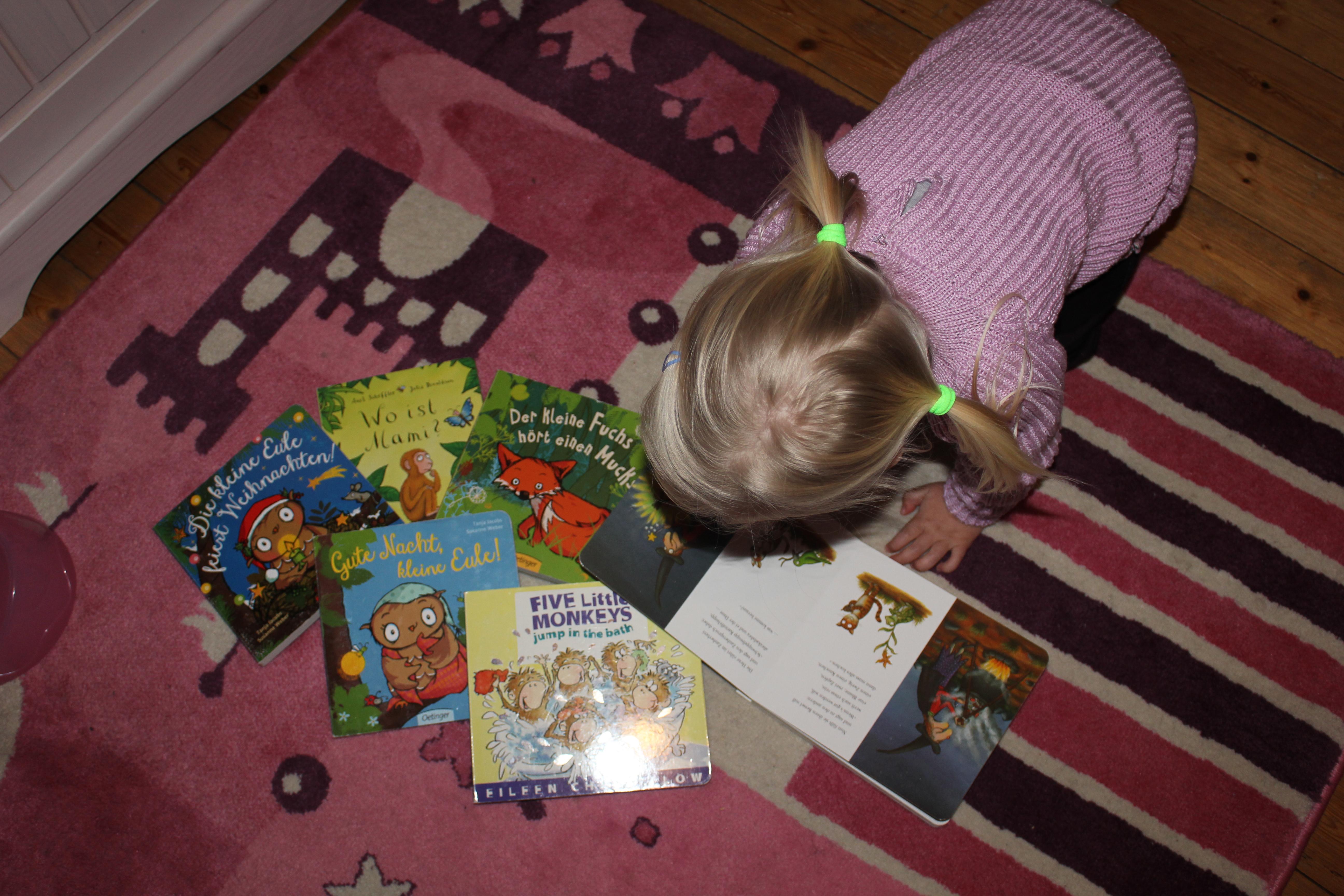 Kind liest Bücher