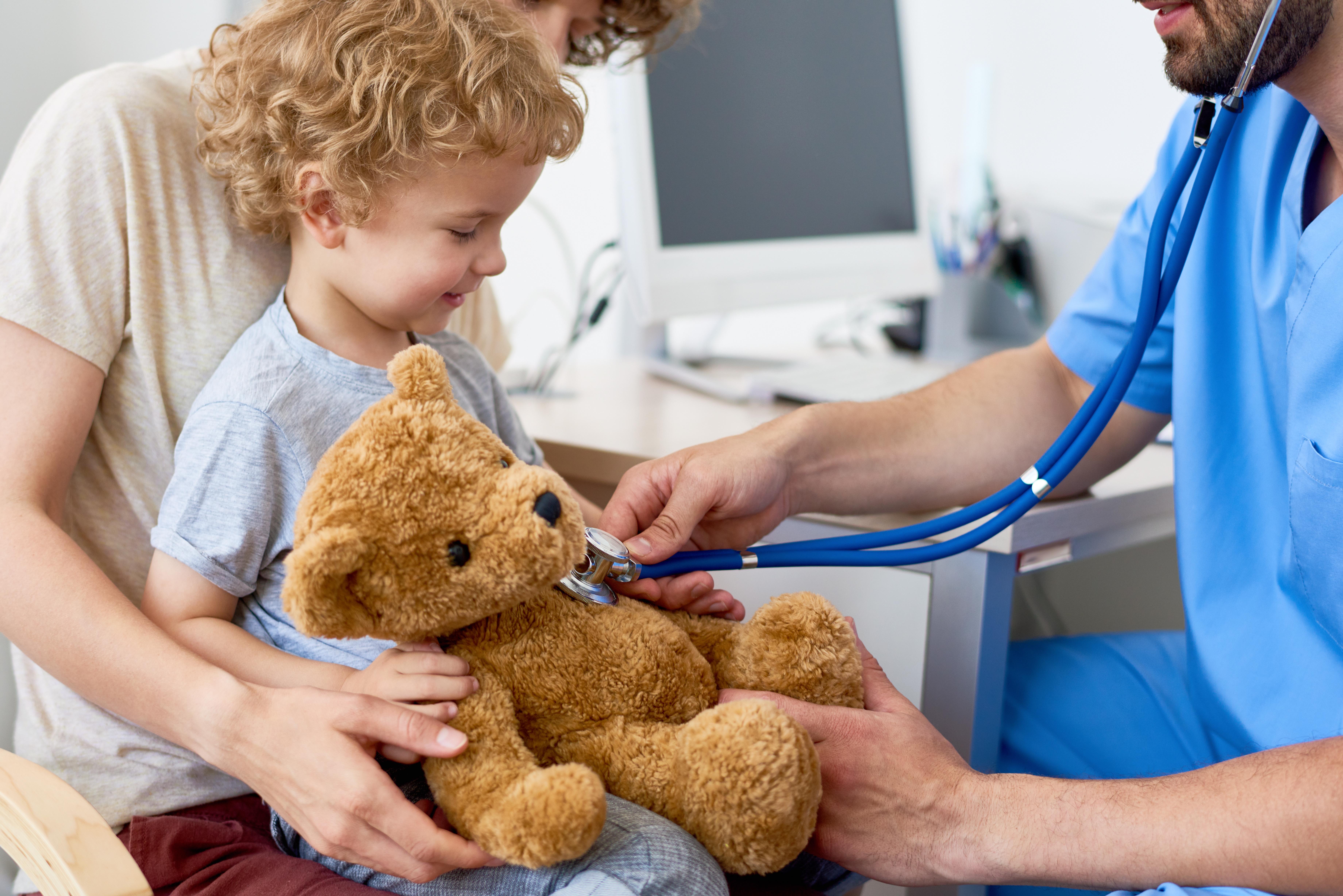 Arzt hört Teddy ab