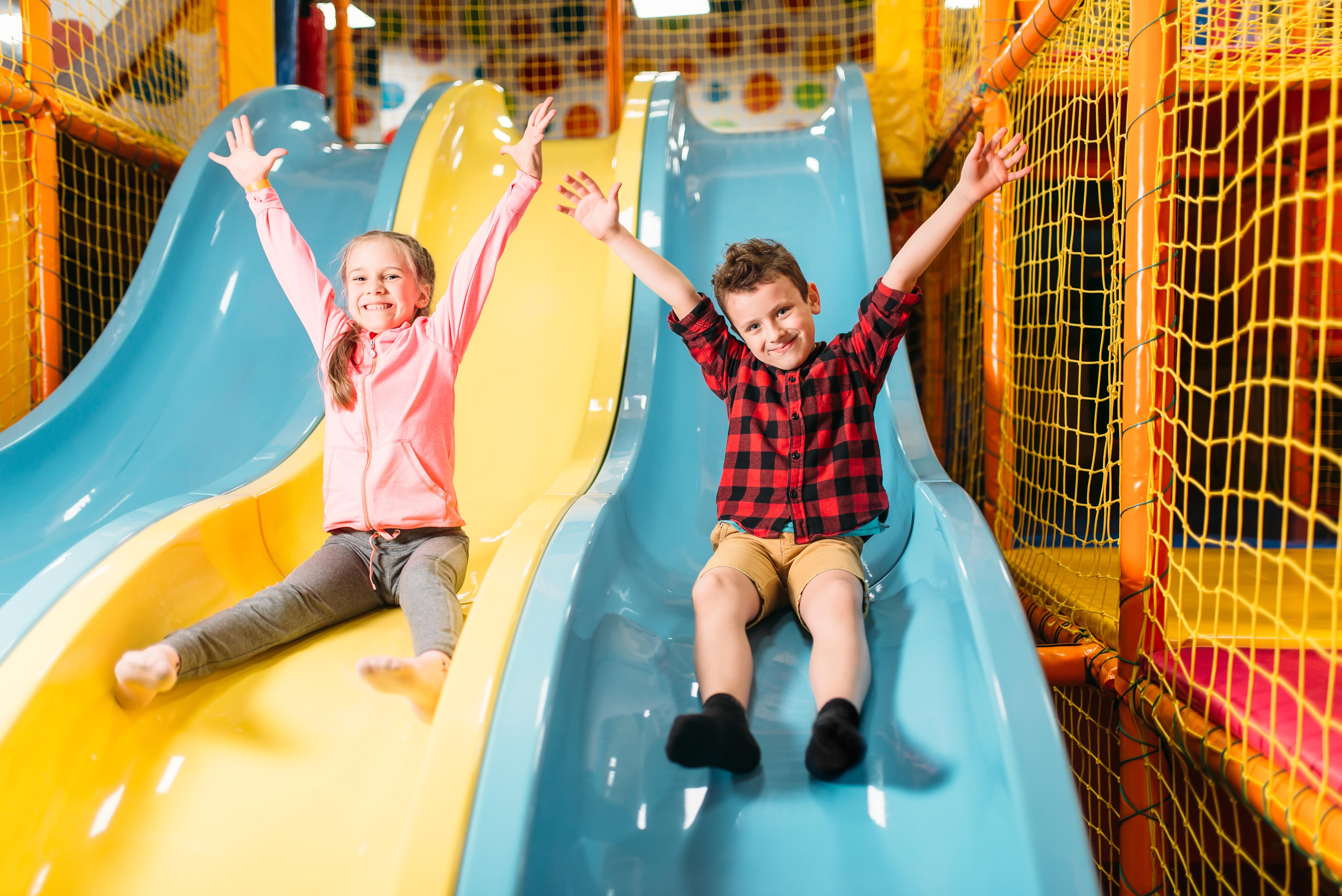 Kinder auf Indoor Spielplatz