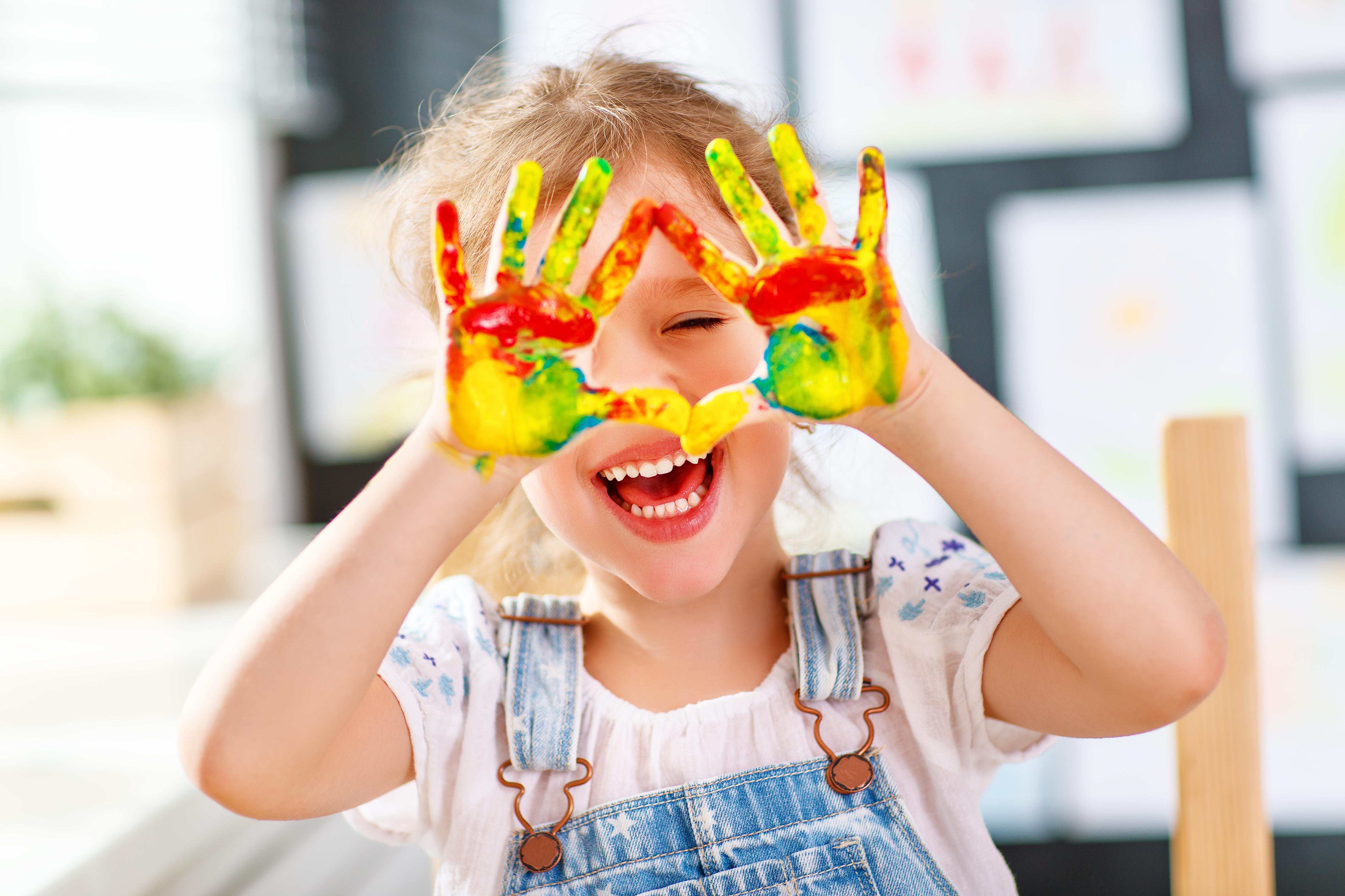 Kind spielt mit Wasserfarbe