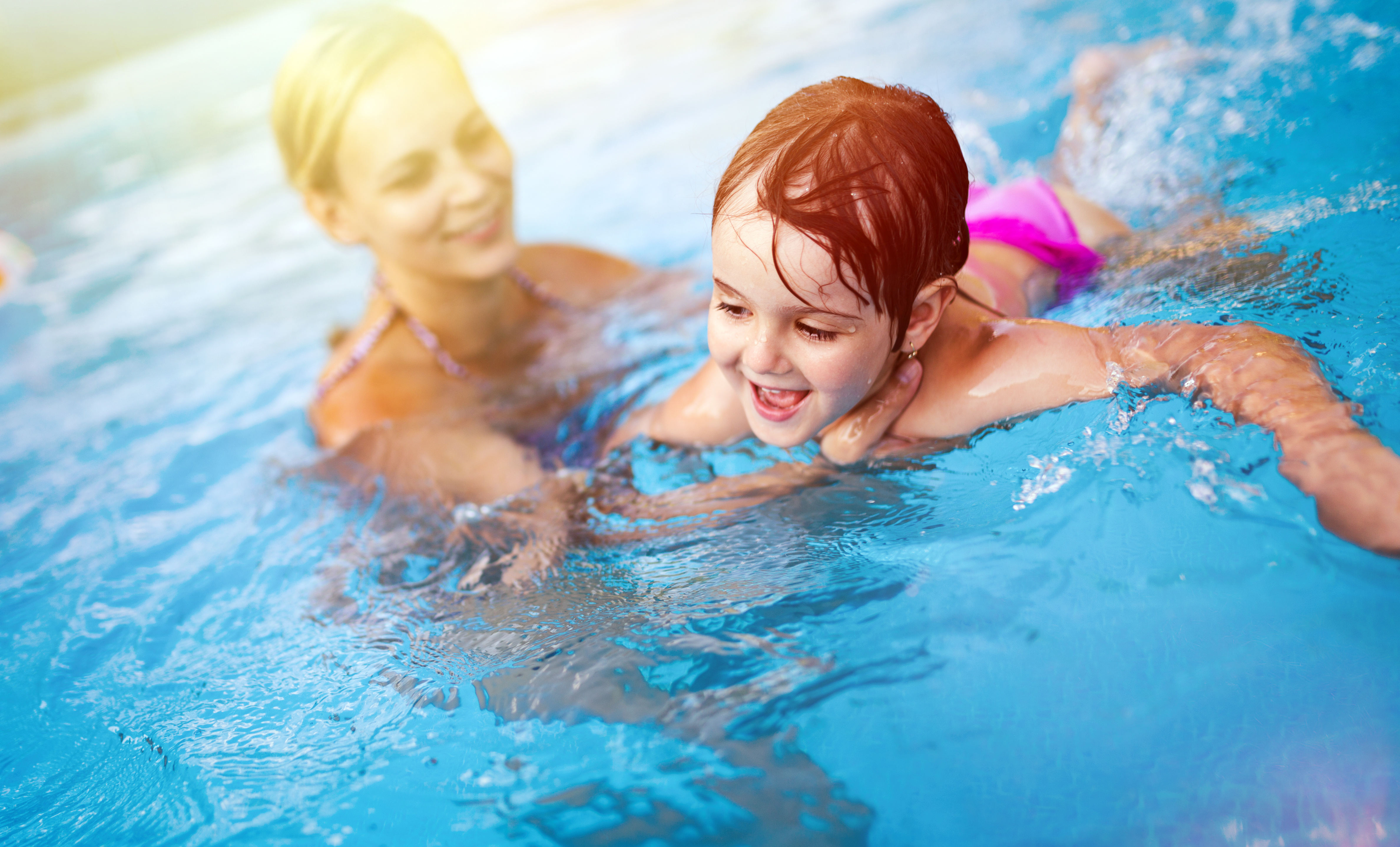 Mutter und Tochter im Schwimmbad