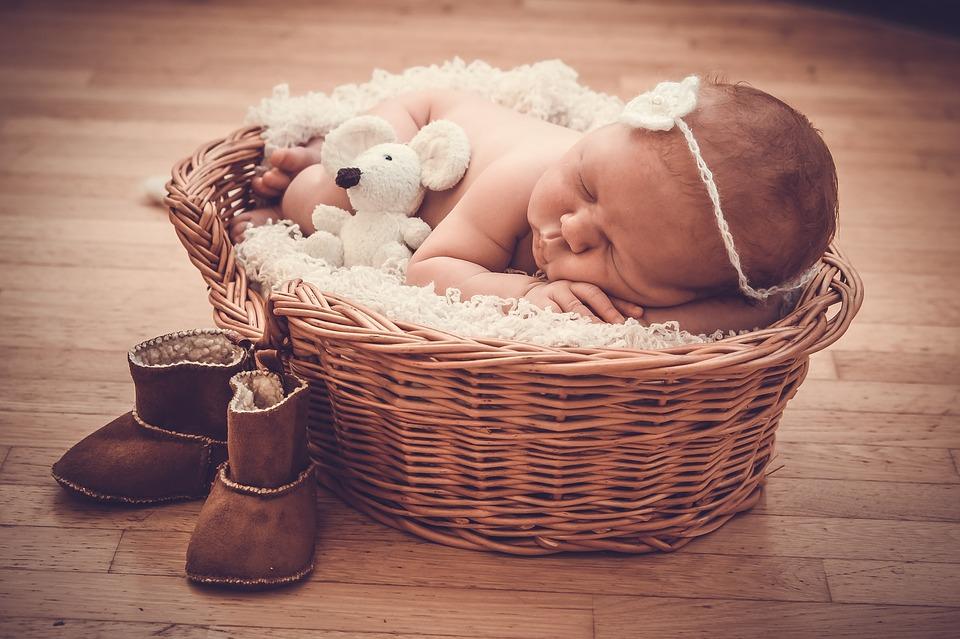 Neugeborenen Shooting mit süßen Accessoires