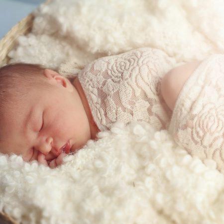 Baby auf Lammfell