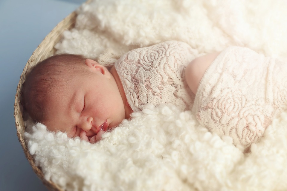 Baby auf Lammfell beim Newborn Shooting