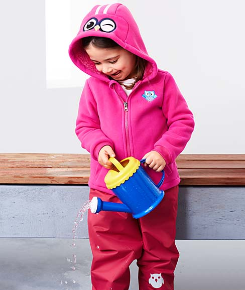 Mädchen spielt mit Gieskanne