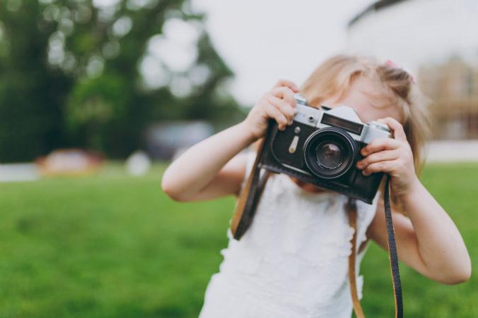 Kind mit Fotoapparat