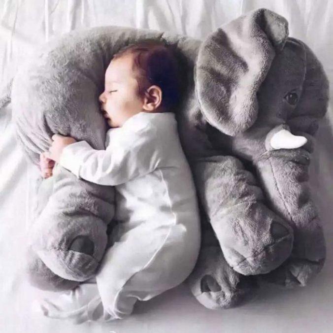 Baby schlä#ft auf Elefanten Kuscheltier
