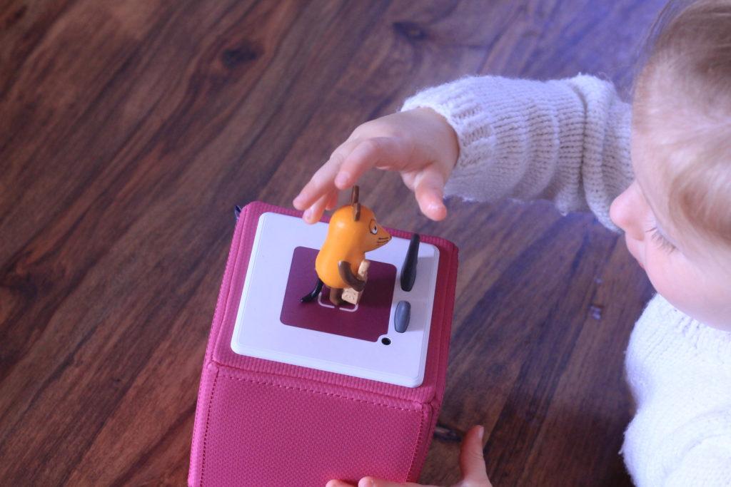 Kind nimmt Tonie-Figur von der Box