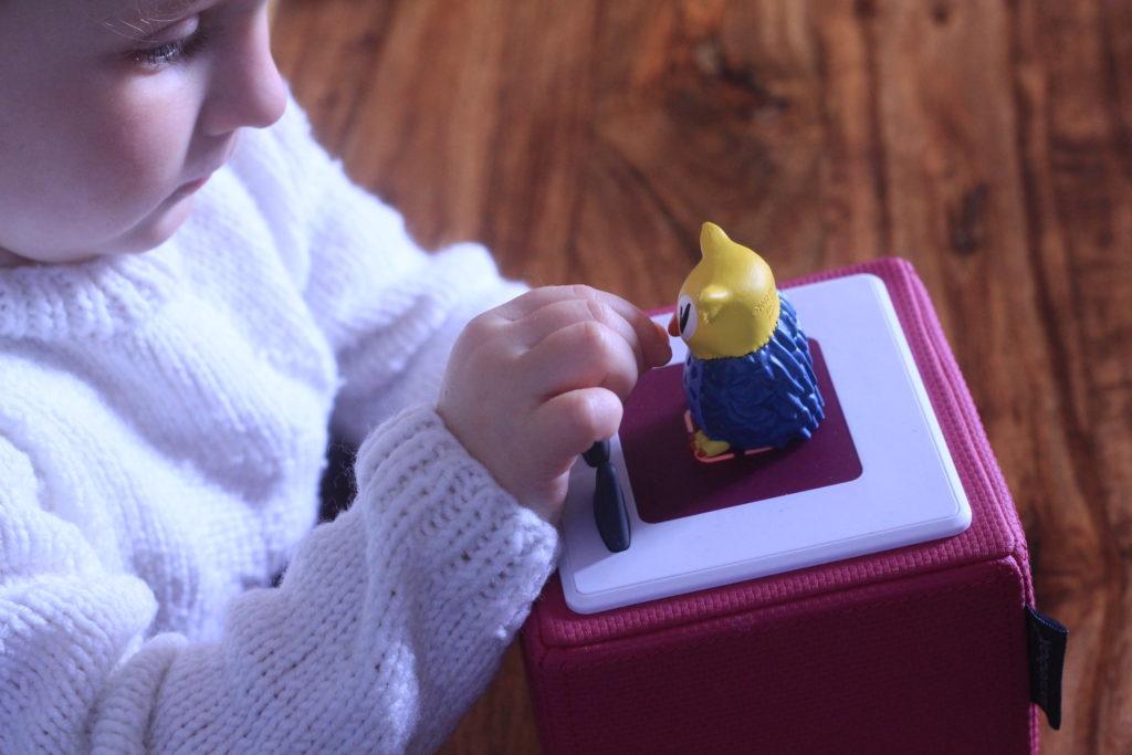 Kind schaut die Eule auf der Toniebox an