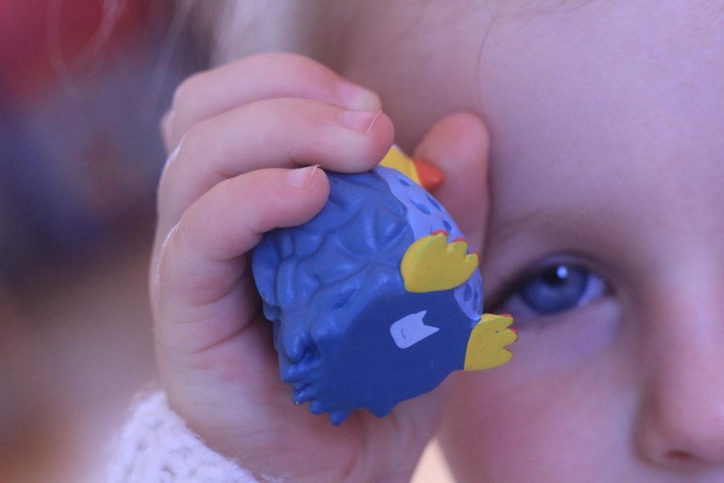 Kind kuschelt mit Toniefigur Eule