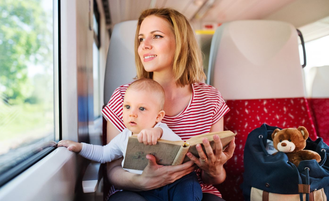 Mama und Kind im Zug