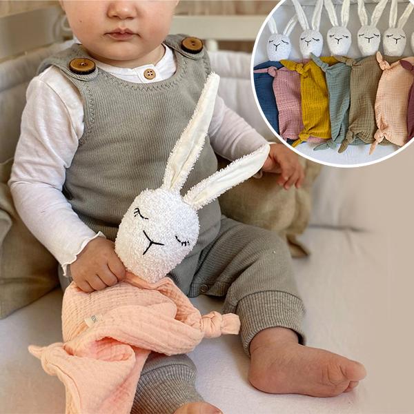 BAby mit Schnuffelhase