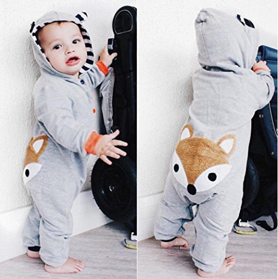 Kind trägt den Fuchs Overal