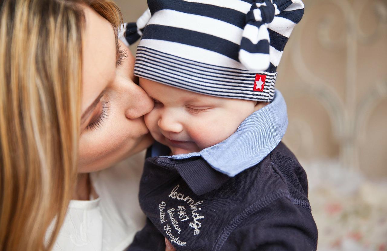 Mama küsst Baby