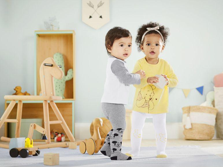 Jungen und Mädchen spielen