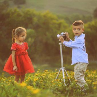 Junge fotografiert Mädchen