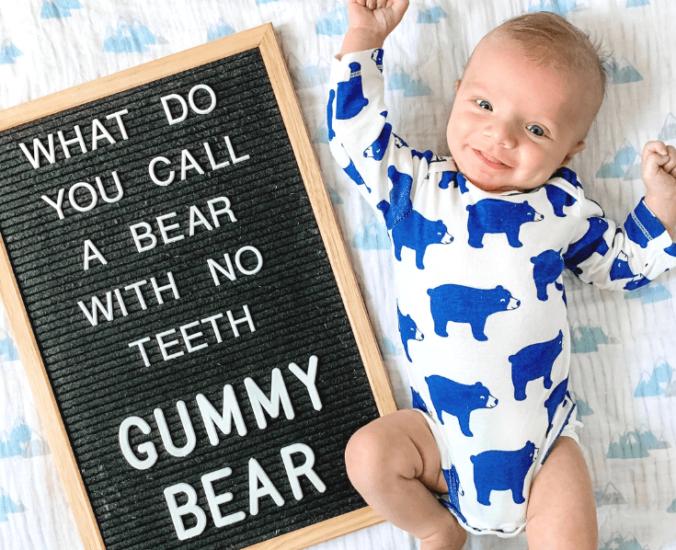 Baby neben Letterboard