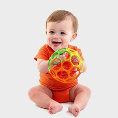 Oball und anderes Spielzeug für Babys