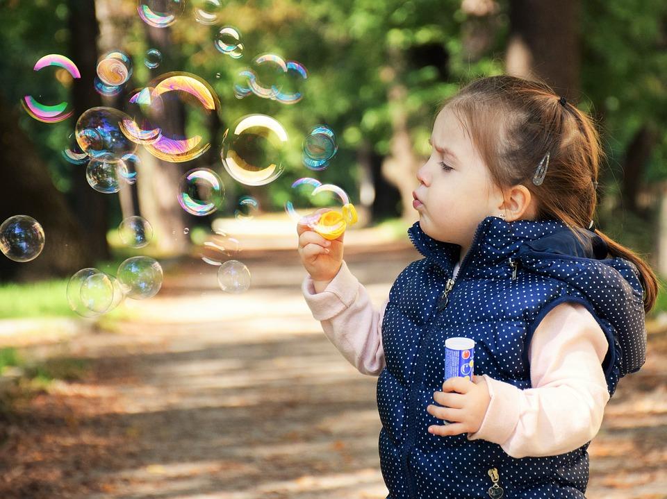 Mädchen macht Seifenblasen