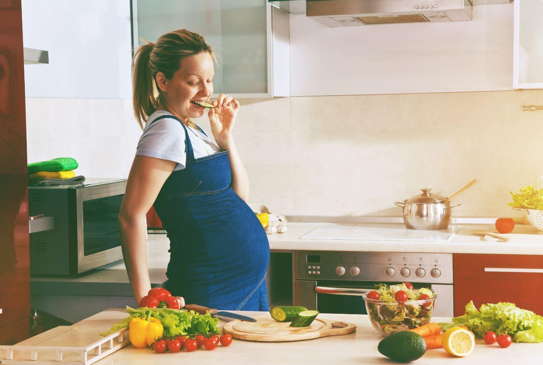 schwangere Frau in der Küche