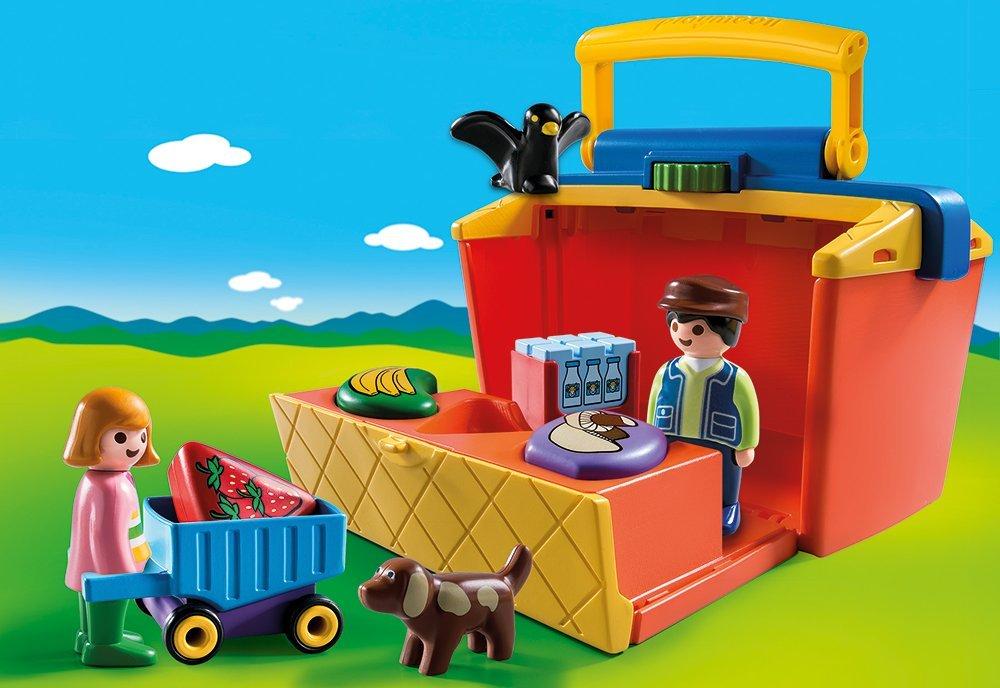 Playmobil Marktstand steht auf einer Wiese