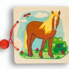 Holzbilderbuch von außen mit einer Abbildung vom Pferd