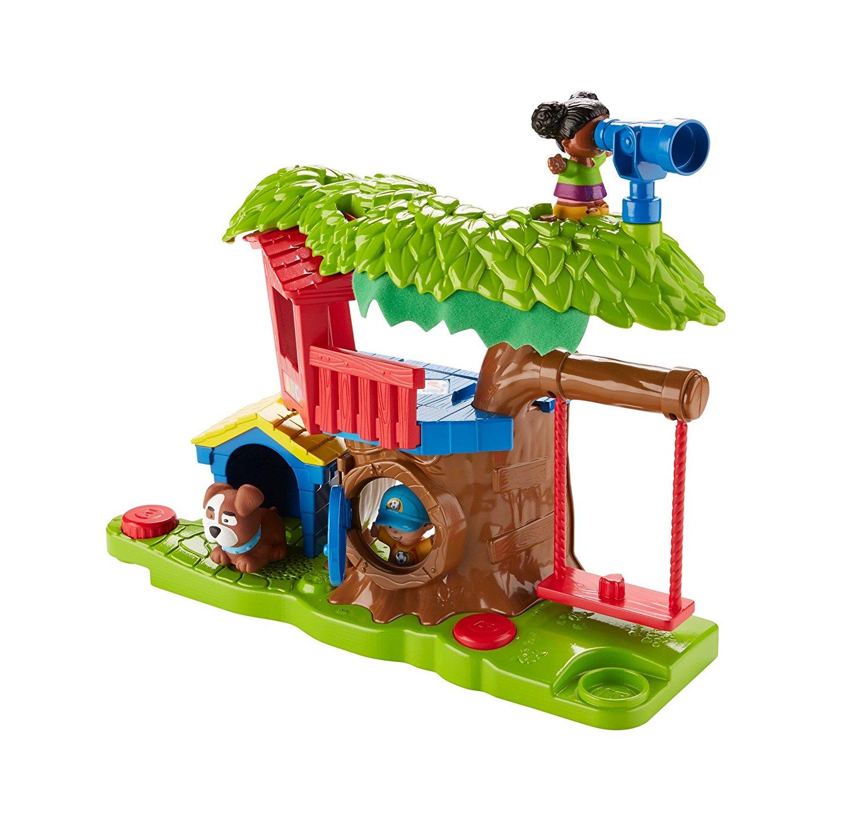 Figuren spielen in dem kleinen Baumhaus