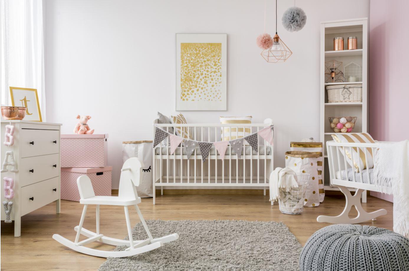 Babyzimmer in rosa und pastelltönen