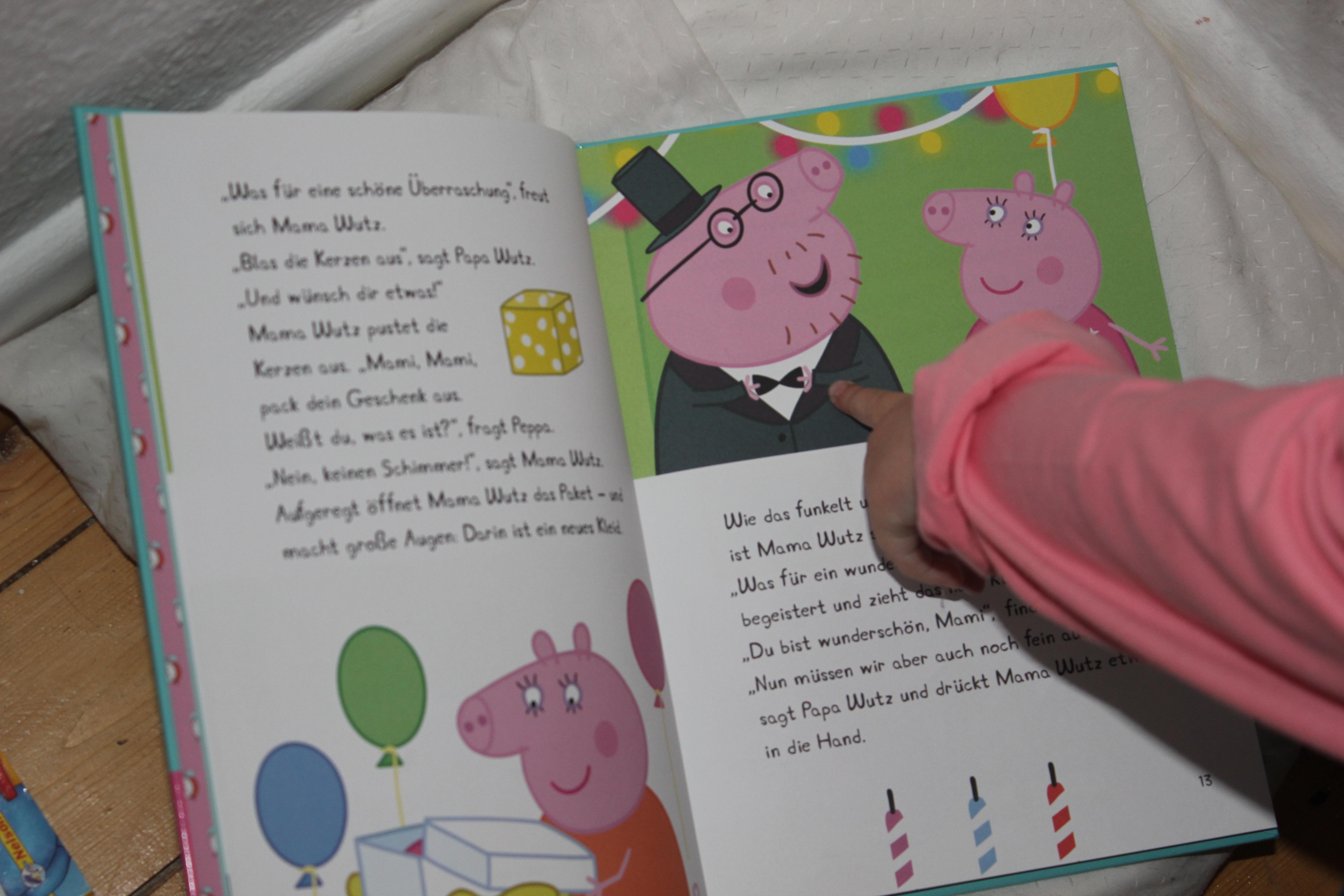 Kind zeigt auf Papa Wutz im lustigen 5-Minuten-Geschichten-Buch