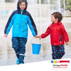 Regenbekleidung Kinder spielen im Regen