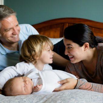Vater Mutter Kind und Baby kuscheln