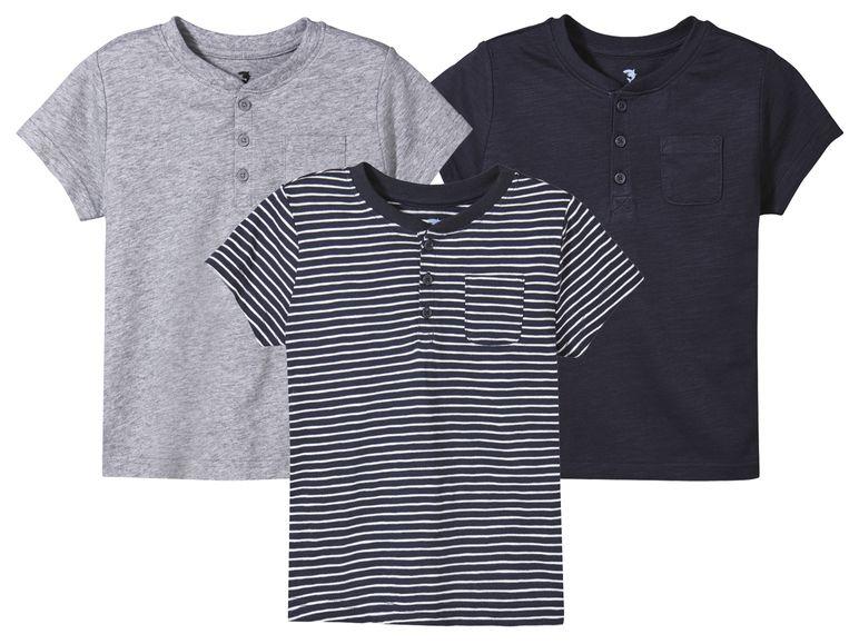 drei verschiedene Jungen T-shirts in blau