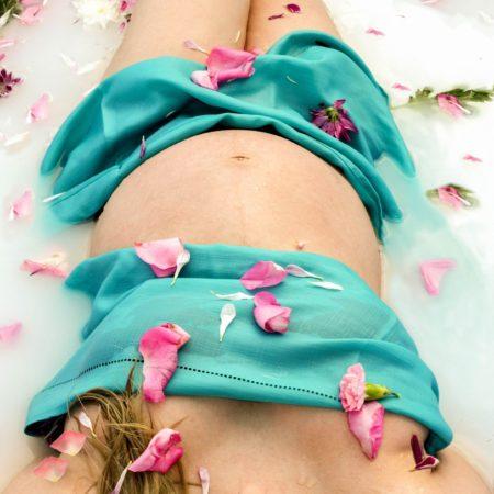 Schwangere im Milchbad