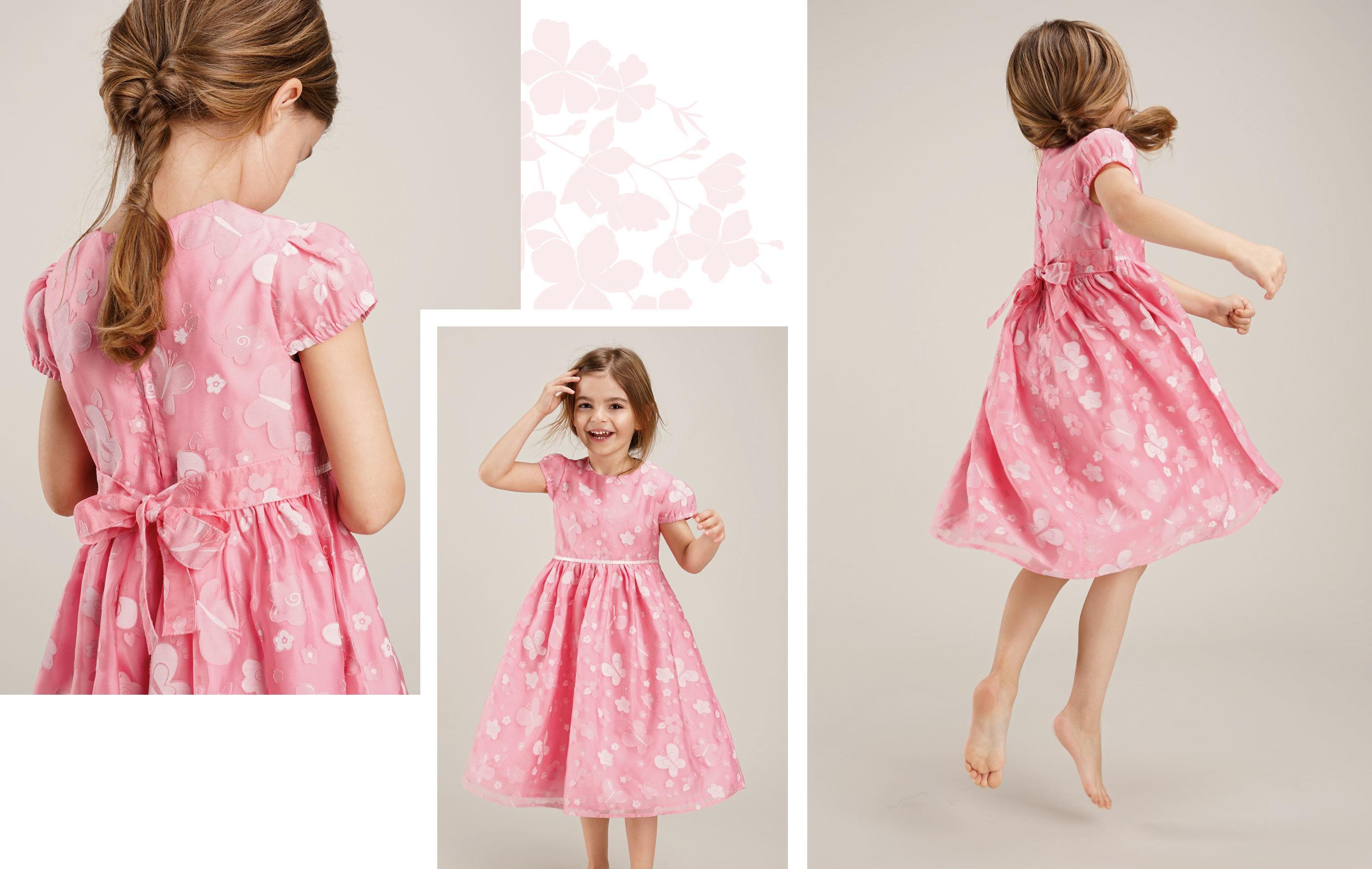 braunhariges Mädchen trägt rosanes Kleid