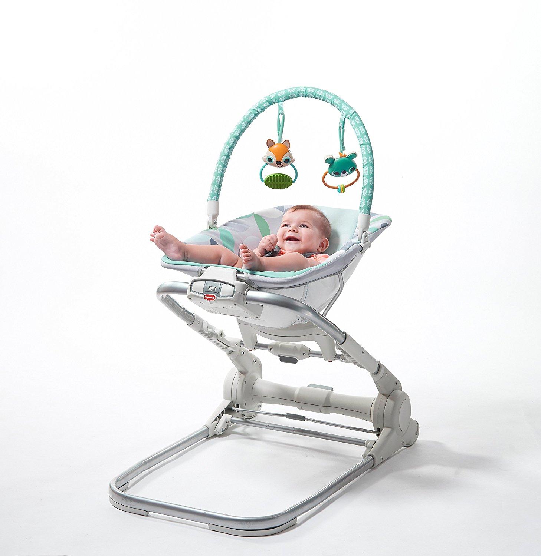 Baby liegt im Hochstuhl