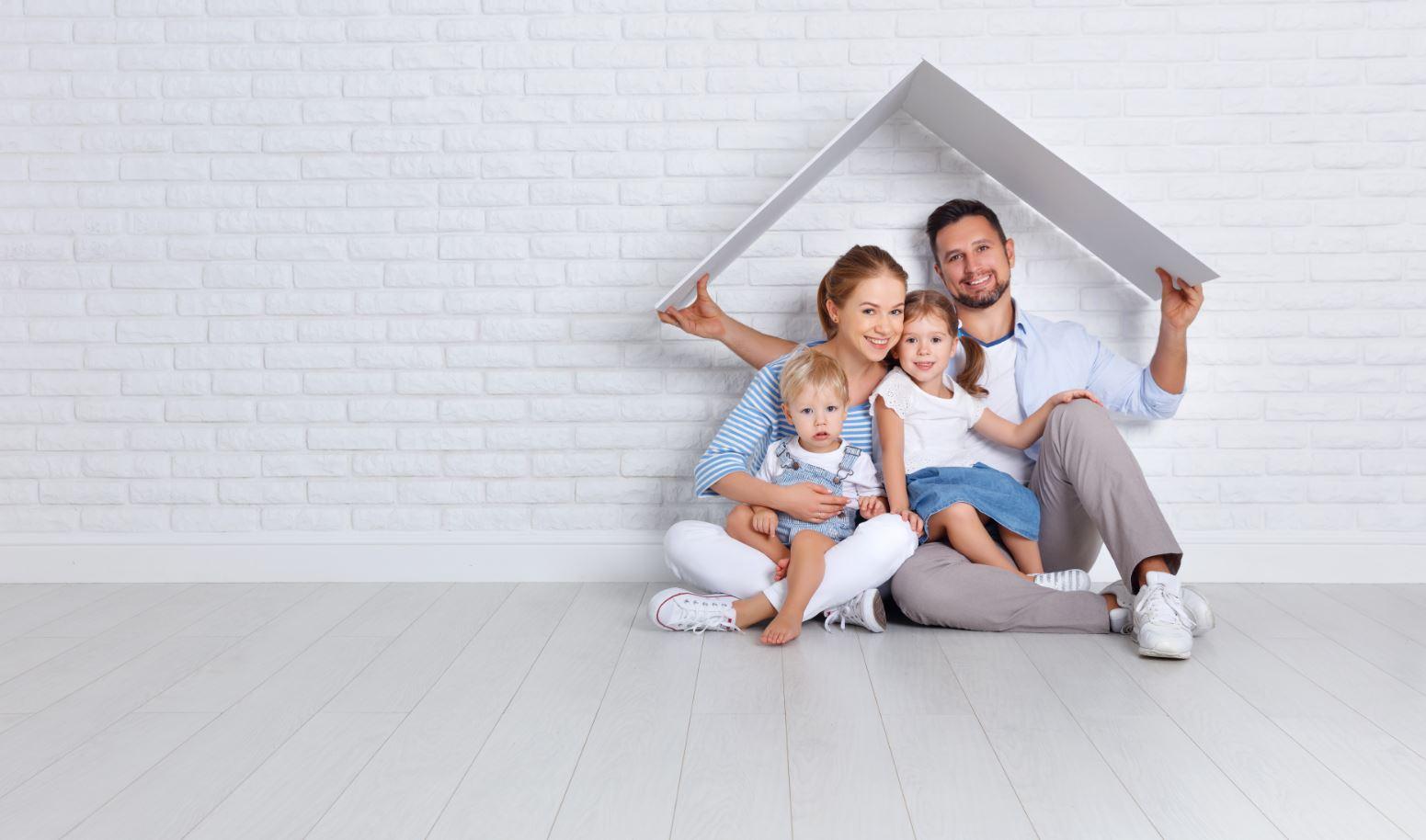 Familie unter selbstgebasteltem Dach