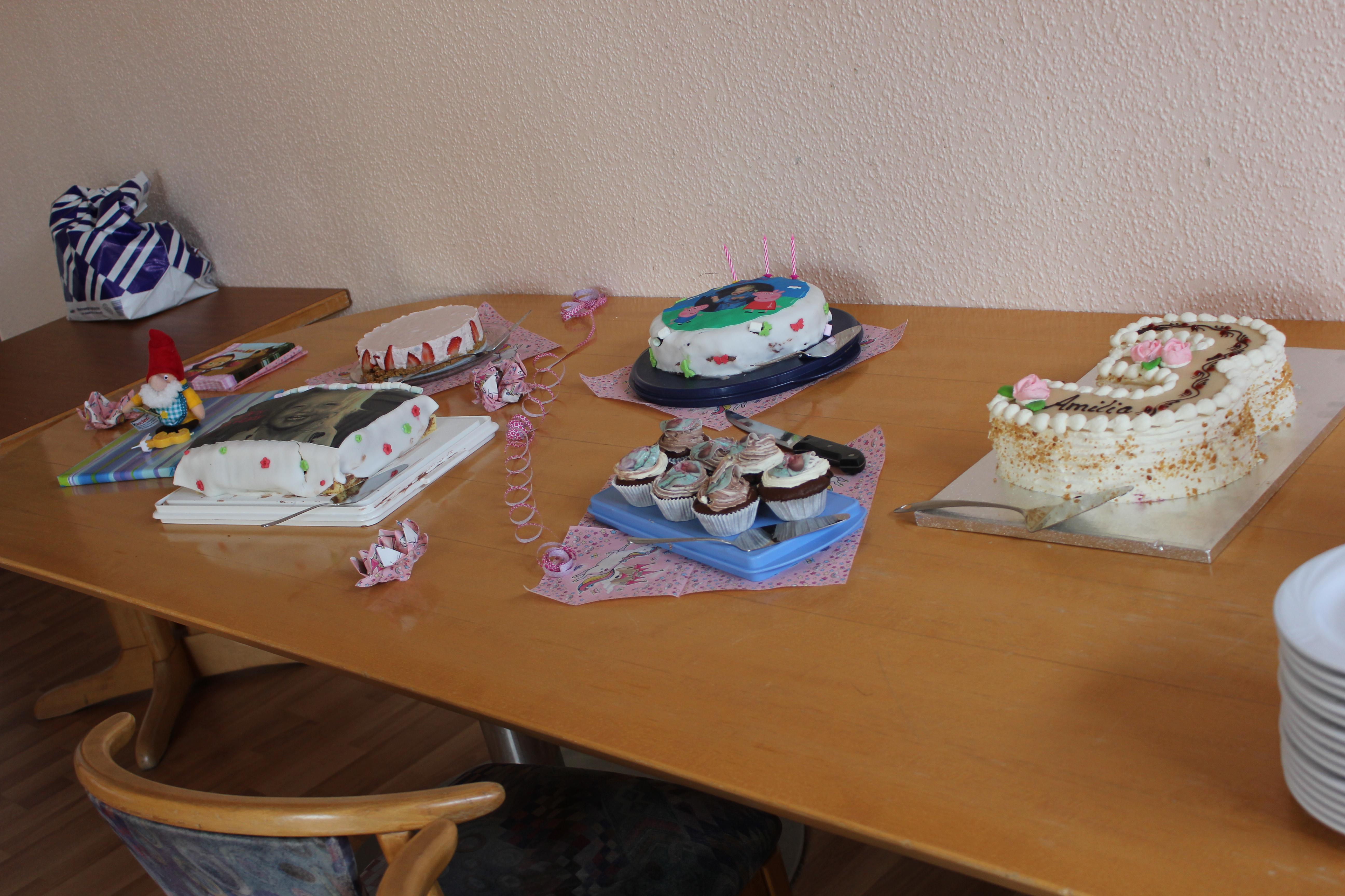 Dekorierter Tisch mit Kuchen